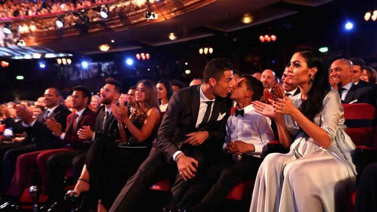 Ronaldo hôn con trai trước lúc lên bục nhận danh hiệuCầu thủ nam hay nhất