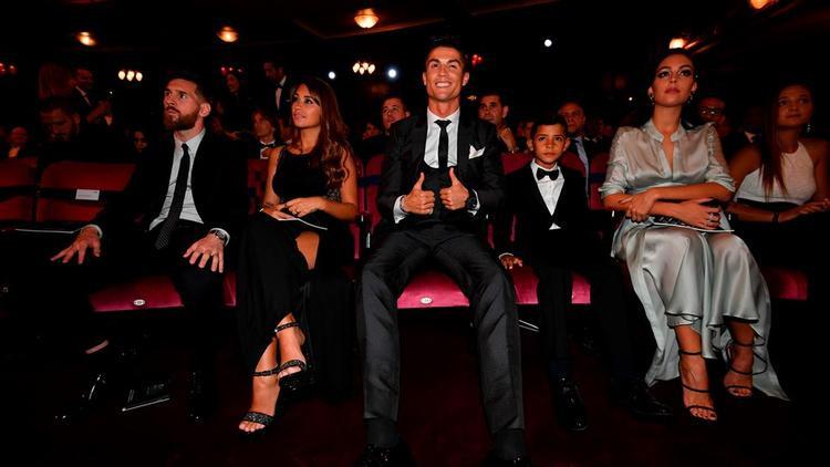 Gia đình Lionel Messi với cô vợ Antonella Roccuzzo ngồi cạnh gia đình Cristiano Ronaldo gồm cả con trai Cristiano Ronaldo Jr cùng cô vợ sắp cưới Georgina Rodriguez.