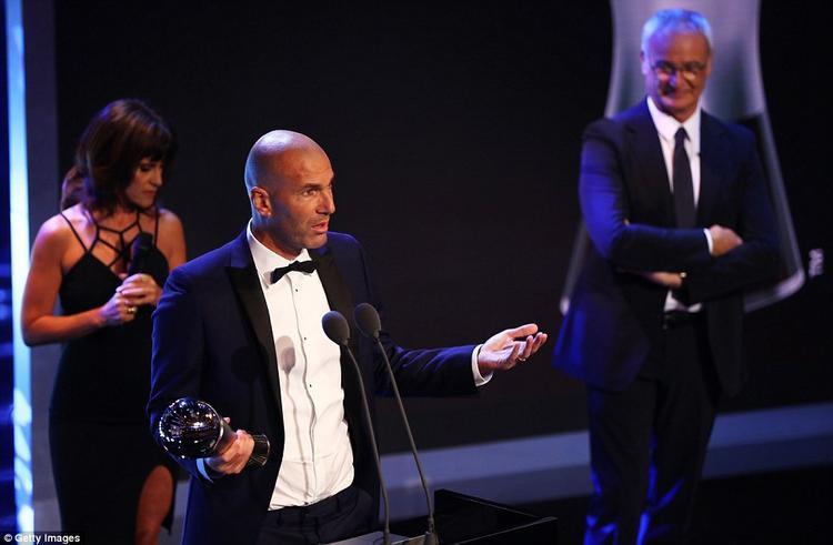 HLV của Real Madrid, Zinedine Zidane, nhận danh hiệu HLV nam hay nhất của FIFA năm nay do mùa qua giúp đội nhà lập cú ăn tư với các ngôi vô địch Champions League, La Liga, Siêu cúp TBN và Siêu cúp châu Âu.