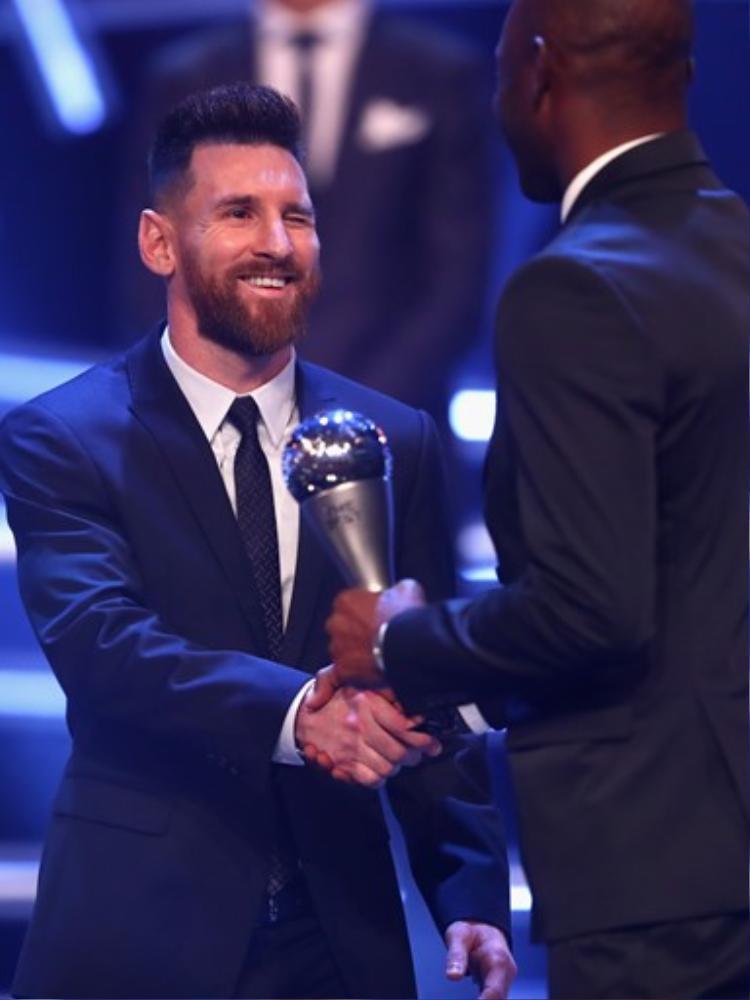 Lionel Messi xếp nhì sau Ronaldo ở cuộc bầu chọnCầu thủ nam hay nhất. Mùa quaanh chỉ có chiếc Cúp Nhà vua TBN, nhưng một mình gánh team Argentina vượt qua vòng loại World Cup 2018.