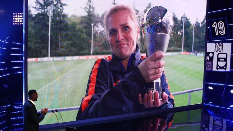 Sarina Wiegman của tuyển Hà Lan nhận giảiHLV nữ hay nhất nhờ ngôi vô địch châu Âu.