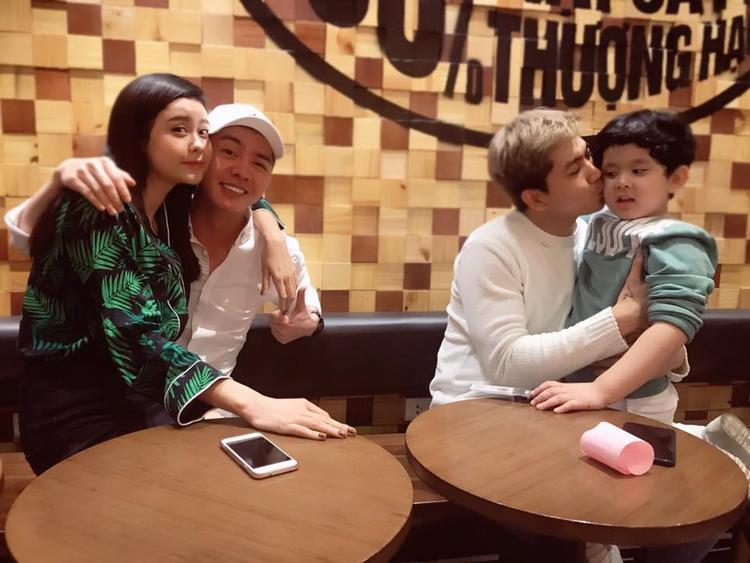 Trong khi Trương Quỳnh Anh vô tư ngồi trong lòng của một người bạn thì Tim dành cho cậu con trai một nụ hôn trên má.