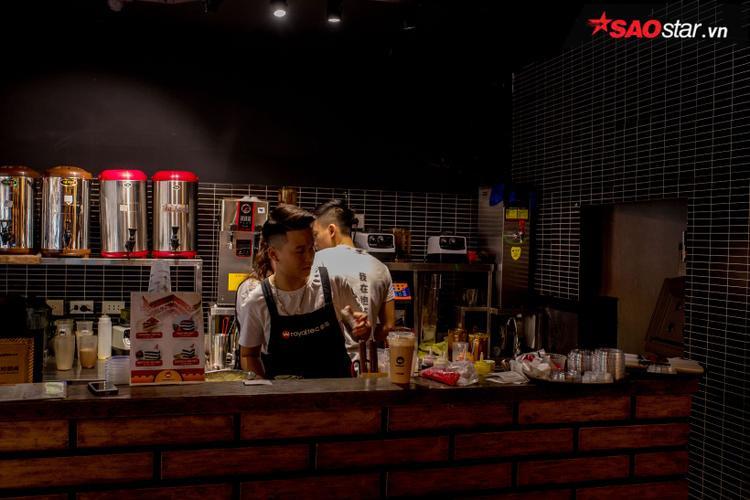 Dù đêm hay ngày, nhân viên nhiều quán trà sữa vẫn luôn làm việc tất bật vì đông khách.