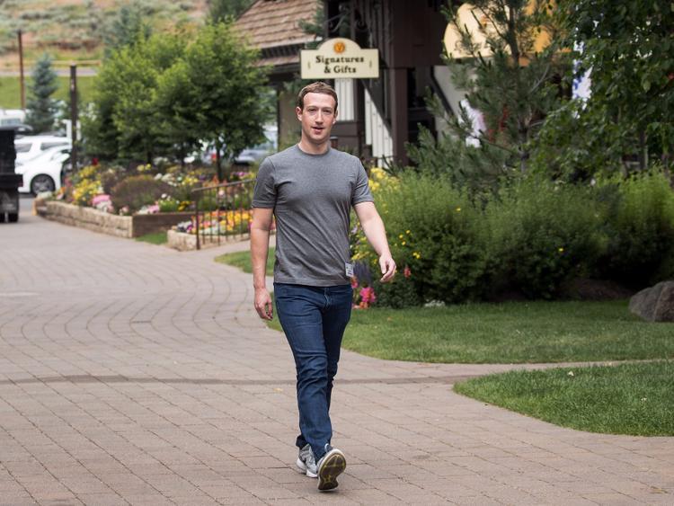 """Như nhiều tỷ phú công nghệ khác ở thung lũngSilicon, Mark cũng thích mặc """"đồng phục"""". Trang phục thường ngày của anh là áo thun và áo khoác màu xám được nhãn hiệu tên tuổi thiết kế. Trông có vẻ bình thường, nhưng chúng có giá đắt hơn nhiều với giá bán lẻ từ vài trăm tới vài nghìn USD."""