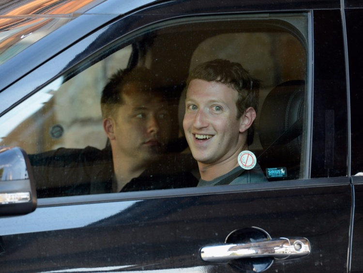Mark đi một chiếc xe hơi tương đối rẻ tiền. Anh từng được nhìn thấy ngồi sau tay lái chiếc Acura TSX, một mẫuhatchback của Volkswagen và một chiếc Honda Fit. Tất cả đều có giá dưới 30.000 USD.