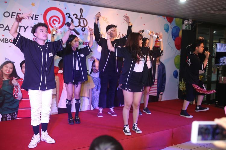 Nhóm đã mang tới những màn trình diễn tràn đầy sức trẻ.