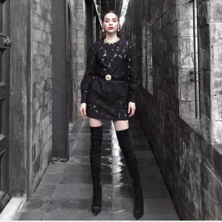 """Trong tập 7 của chương trình truyền hình thực tế The Face mùa đầu tiên, huấn luyện viên Hà Hồ diện chiếc váy ren họa tiết hình nổi tưởng chừng vô cùng """"bánh bèo"""". Tuy nhiên, Nữ hoàng giải trí đã khéo léo chọn phối cùng đôi boots đen cao cổ khiến tổng thể chất lừ."""
