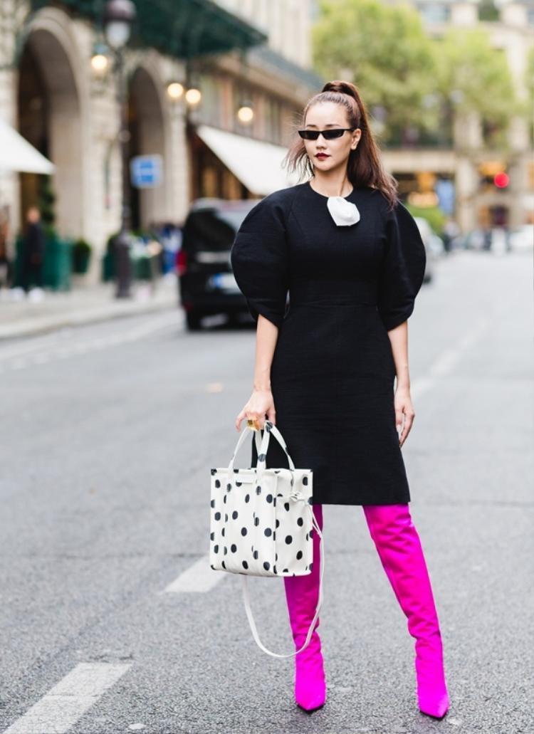 """Đôi boots hàng hiệu nổi bật này đã khiến Maya """"lên bờ xuống ruộng"""" vì bị cho là hàng nhái mặc dù tổng thể cả set đồ cũng khá thời trang."""