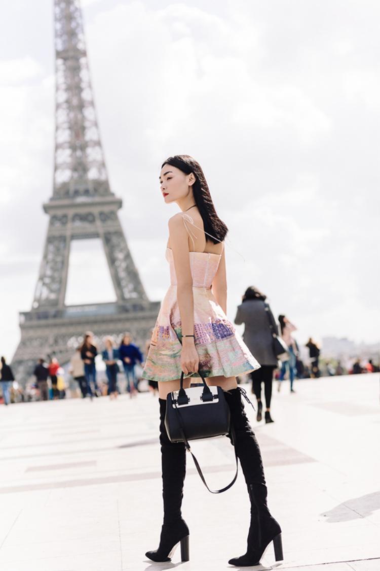 Tham dự tuần lễ thời trang quốc tế Paris Fashion Weeks, street style của Thùy Trang liên tục xuất hiện trên các tạp chí thời trang danh tiếng. Bộ váy cúp ngực gợi cảm màu hồng pastel đậm chất Á Đông với họa tiết đặc trưng của Việt Nam cùng lối trang điểm tinh tế, mái tóc dài buông xõa. Và nhất là sự kết hợp cùng đôi boots đen dài quá khối khiến tổng thể set đồ trở nên vô cùng đẳng cấp.