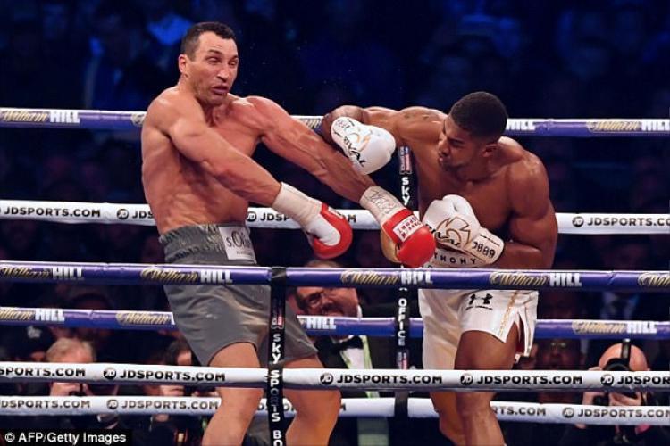 """Joshua đánh bại """"Tiến sĩ Búa Thép"""" Wladimir Klitschko"""