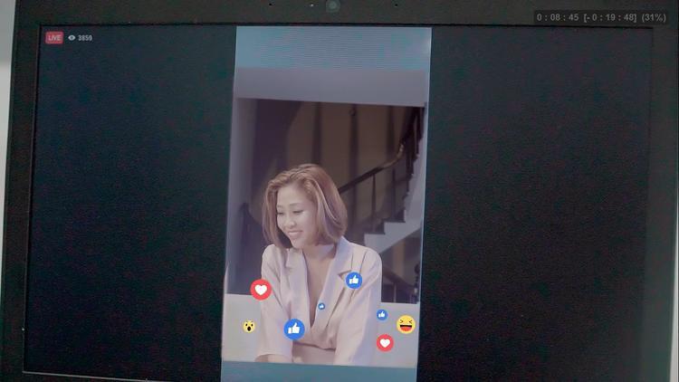 Vợ của Kỳ Nam - Khánh Ngân (Liêu Hà Trinh đóng) - livestream nói về mối quan hệ vợ chồng có người thứ 3 xen vào.