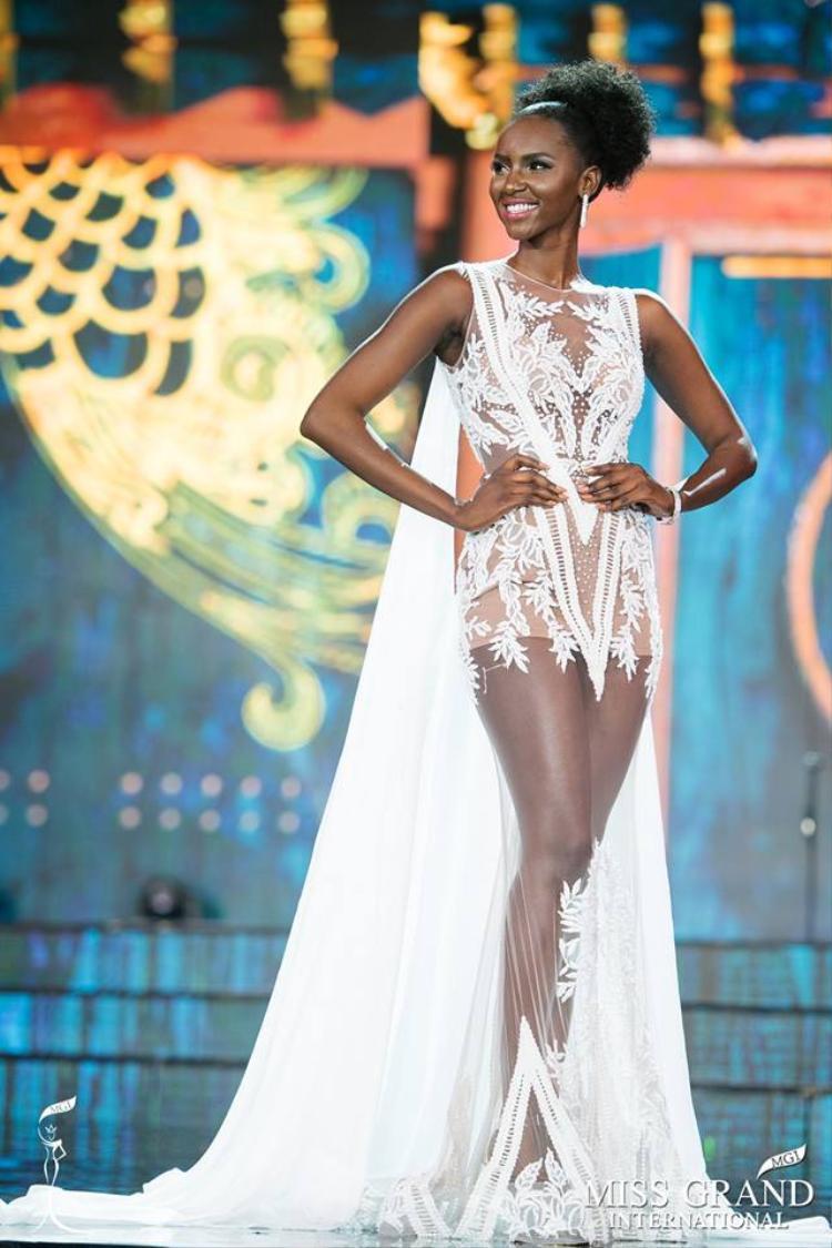 Đại diện đến từ Nam Sudan sở hữu làn da màu khoẻ khoắn, cô cao 1,75 m với số đo ba vòng 86-66-93. Nụ cười toả nắng của người đẹp này cũng gây ấn tượng với khán giả trong đêm bán kết.