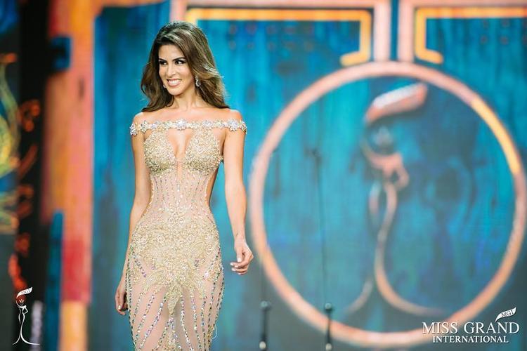"""Bên cạnh Huyền My, người đẹp đến từ Peru là cái tên được công chúng chú ý từ khi bắt đầu tham gia Hoa hậu Hoà bình Thế giới 2017. Và đến thời điểm này, cô là ứng cử viên nặng ký nhất cho chiếc vương miện danh giá của cuộc thi năm nay. Maria có mặt tại """"sân chơi"""" nhan sắc này với phong độ ổn định và để lại những màn trình diễn đầy cuốn hút."""