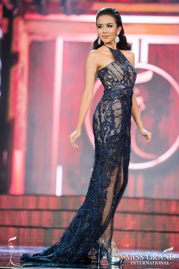 """Là một trong những người bạn thân thiết nhất với Huyền My tại Miss Grand International 2017, đại diện đến từ Indonesia thực sự khiến người đối diện không thể """"làm ngơ"""" trước nhan sắc của mình. Kể từ đầu cuộc thi, Dea Goesti Rizkita đã chứng minh mình là nữ hoàng sắc đẹp mới đủ sức thay thế người đồng hương là Ariska kế nhiệm vương miện Hoa hậu năm nay."""