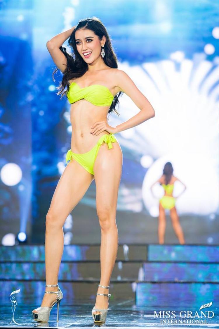 """Nụ cười cuốn hút chính là ưu thế của Huyền My ở """"đấu trường"""" sắc đẹp này. Nếu giữ vững phong độ ở đêm chung kết, ngôi vị Hoa hậu là điều hoàn toàn xứng đáng với đại diện của Việt Nam."""