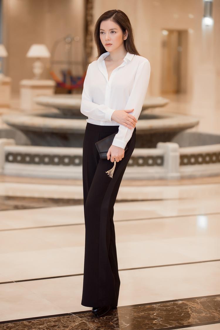 Người đẹp cũng có những tạo dáng mềm mại, đơn giản để phù hợp với tinh thần trang phục đang diện.