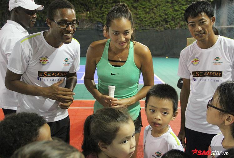 Người đẹp giao lưu tennis cùng các học viên nhí của Học viện tennis Ese Academy.