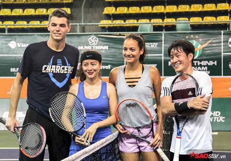 Cô nàng giao lưu tennis cùng người hâm mộ tại Việt Nam.