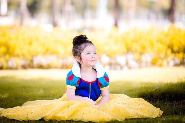 Cô bé còn khéo léo tạo dáng với chiếc váy, vẻ hồn nhiên, trong trẻo trẻ thơ của em khiến ai cũng thích thú ngắm nhìn.