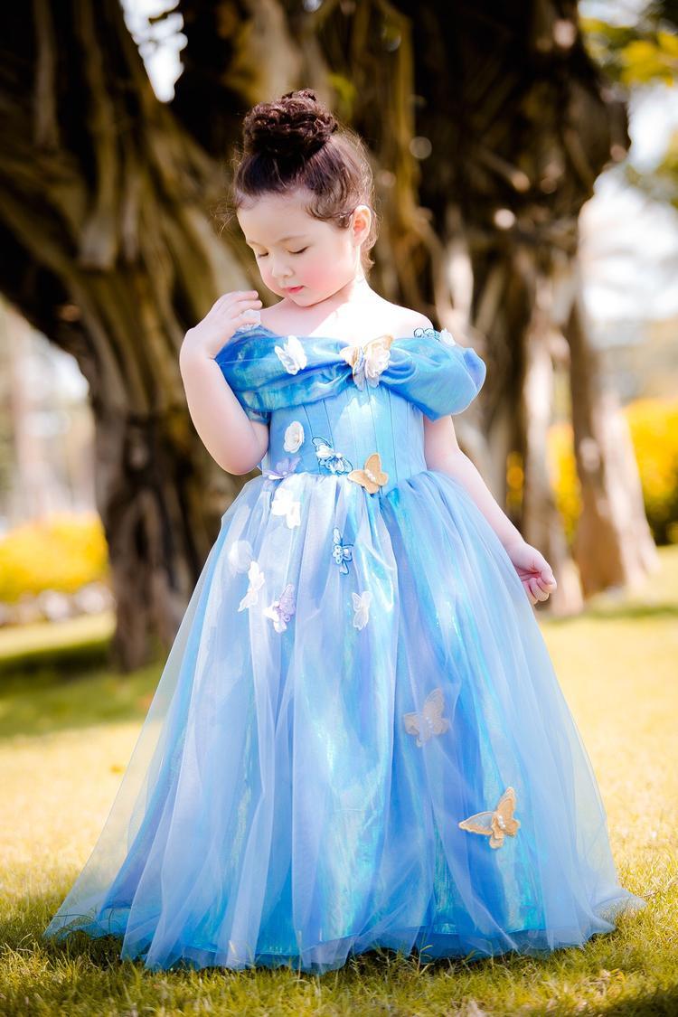 """Bộ váy với phần vai phồng ngang, chất liệu voan trong mềm mại, kết hợp cùng phần tùng xòe công chúa mang đến vẻ đáng yêu, dịu dàng cho """"thiên thần nhỏ""""."""