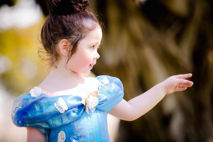 Hóa thân thành nàng Lọ Lem phiên bản điện ảnh, diện chiếc váy màu xanh kinh điển đính kết bướm sau khi được mẹ Tiên ban phép màu. Cô bé Cadie Mộc Trà thật xinh xắn và đáng yêu quá đỗi.