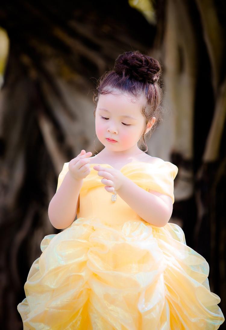 Vốn sở hữu gương mặt bầu bĩnh xinh xắn cùng nét tinh nghịch trẻ thơ, cô bé khiến người đối diện không khỏi rời mắt với tạo hình đáng yêu của mình.