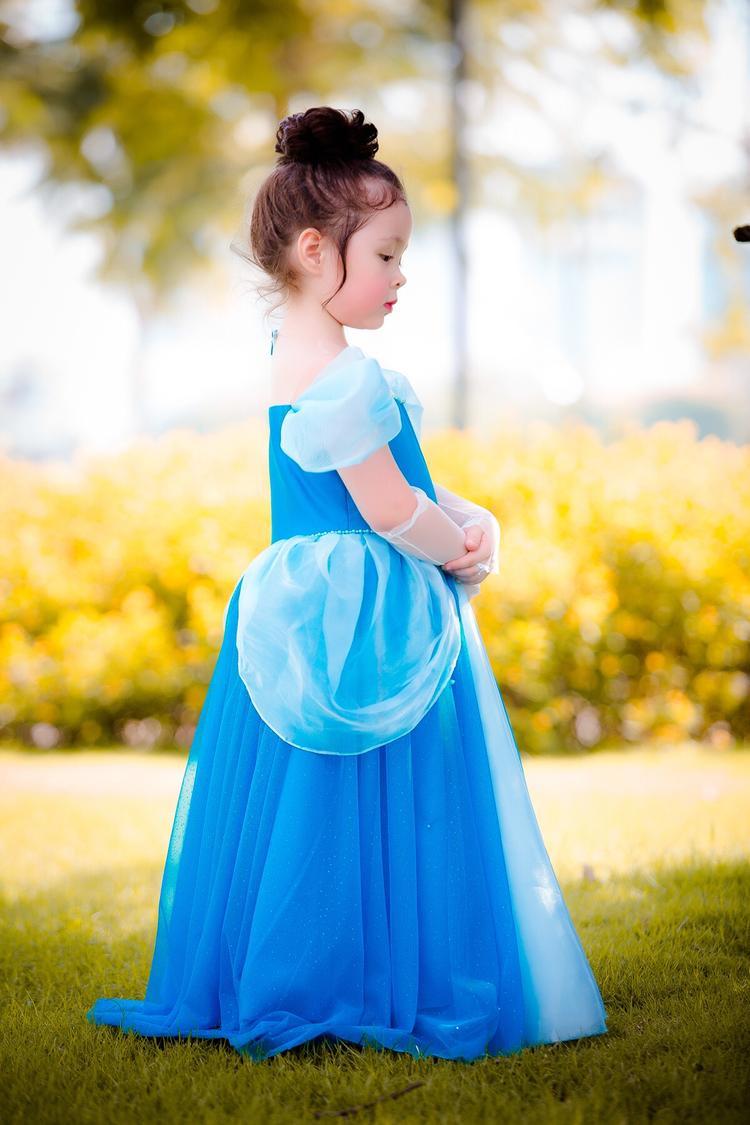 Cách xếp vải phần hông cùng chi tiết tùng váy đính kết lấp lánh khiến Cadie Mộc Trà trông như một nàng công chúa nhỏ bước ra từ câu chuyện cổ tích.