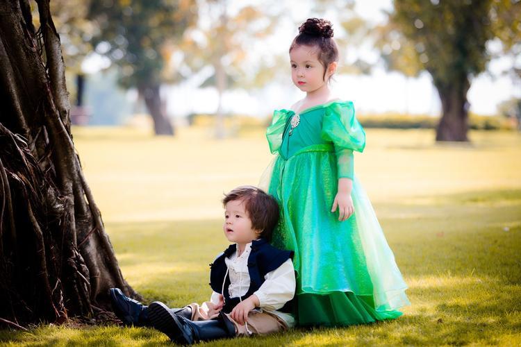 Hóa thân thành nàng tiên cá Ariel xinh đẹp, cô bé Cadie Mộc Trà khoác lên người chiếc đầm xanh lá bồng bềnh. Chất liệu voan mềm mại, chi tiết tay phồng khiến cô bé trông xinh yêu như một nàng công chúa nhỏ.