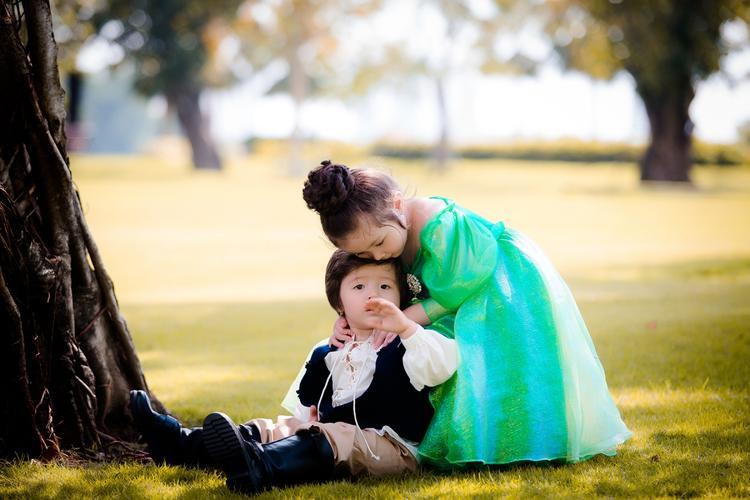 """Trong khi đó, cậu em Alfie Túc Mạch trở thành chàng hoàng tử kết đôi cùng nàng tiên cá. Sự dễ thương của cả hai làm """"tan chảy"""" bất kỳ ai khi xem qua những tấm ảnh này."""