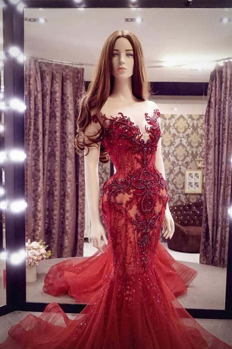 Màu đỏ tuy không được đánh giá cao, nhưng phải công nhận rất hợp và làm tôn lên làn da trắng sứ của Á hậu Việt Nam 2014.