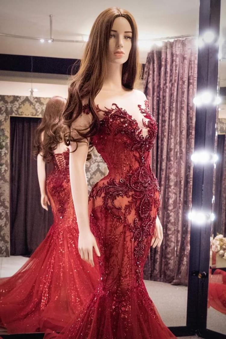 Tuy được nhiều ý kiến nhận xét thiết kế chưa có tính đột phá hay màu đỏ này vốn không phải màu mà Miss Grand ưa chuộng, song bộ trang phục vẫn đáp ứng đầy đủ tiêu chí, giúp người mặc nổi bật, toả sáng trên sân khấu lớn.