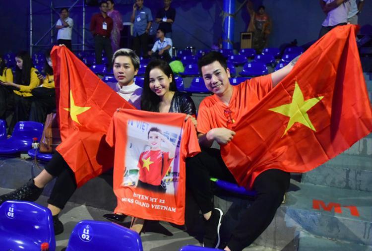 Những người bạn của Huyền My đã có mặt tại sân khấu để chuẩn bị cổ vũ cho cô - dù thời tiết Phú Quốc bất ngờ đổ mưa trước giờ G. Nguồn ảnh: Zing.vn