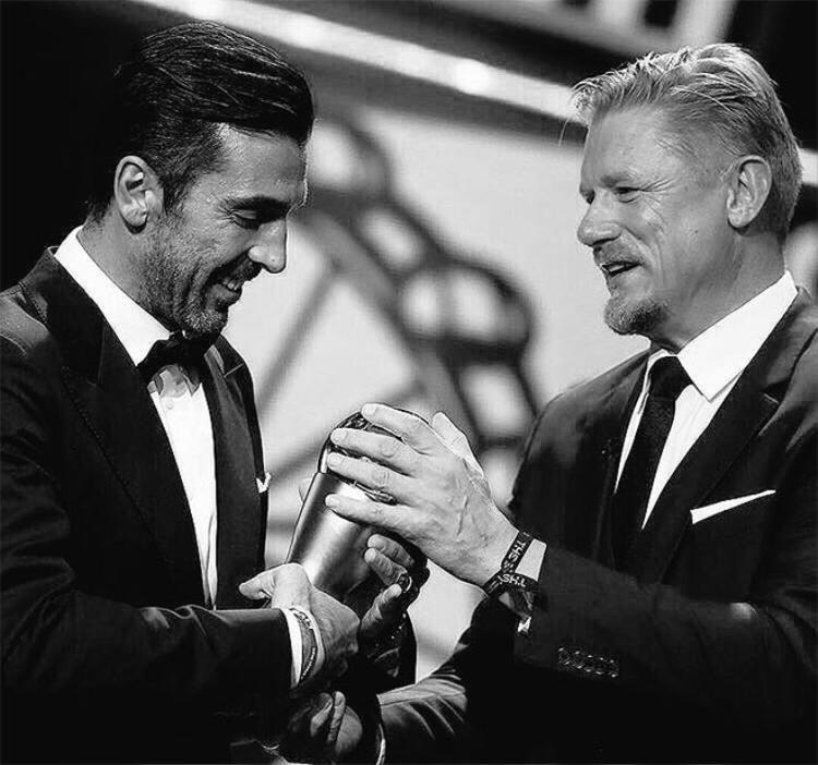Tiệm cận tuổi 40, anh vẫn được FIFA tôn vinh là Thủ môn hay nhất thế giới.