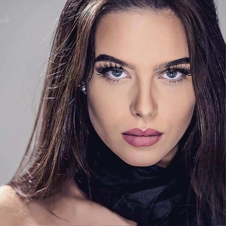 Sở hữu vẻ đẹp khác lạ, đậm chất mẫu, thí sinh Thụy Điển là một nhân tố được đánh giá sẽ gây bất ngờ trong cuộc thi năm nay. Gương mặt cá tính, đôi mắt xanh biếc cùng chiều cao 1m74, số đo hình thể 83 - 65 - 89 là những đặc điểm khiến cố gái này gây ấn tượng với người đối diện.