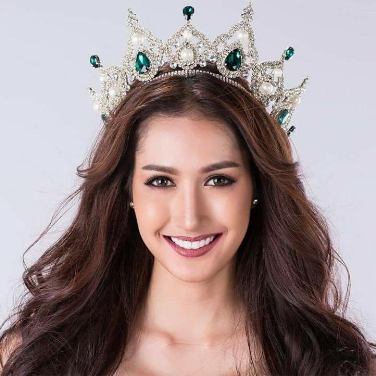 Đại diện láng giềng - Thái Lan năm nay lại được nhận xét có khuôn mặt, đường nét giống với á hậu Lệ Hằng - đại diện Việt Nam trong cuộc thi Hoa hậu hoàn vũ 2016. Nụ cười sáng, đôi mắt to tròn cùng chiều cao 1m78, số đo ba vòng 86 - 61 - 91 là lợi thế của người đẹp trong cuộc đua Hoa hậu Quốc tế năm nay.
