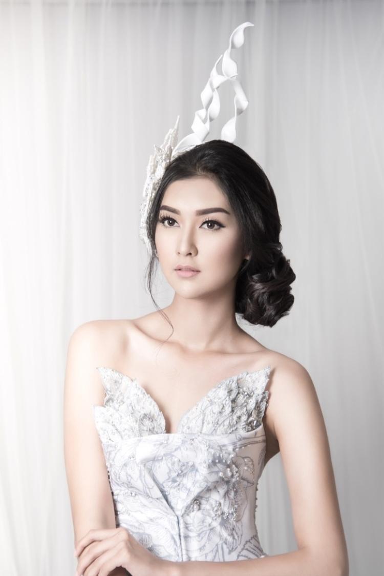 Sở hữu nhan sắc đậm chất Á Đông cùng thần thái sang trọng, thoát tục. Người đẹp Indonesia khiến người đối diện không khỏi rời mắt với thân hình chuẩn, chiều cao 1m76, cùng các số đo: 82 - 64 -82.