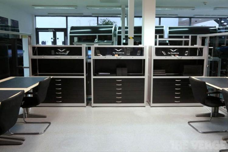 """Phòng Par Excellent, đặt cạnh khu vực sản xuất, là nơi chưa nhiều mẫu linh kiện và điện thoại Vertu hoàn hảo mà Vertu từng sản xuất. Chúng được sử dụng làm """"tiêu chuẩn"""" để duy trì chất lượng nhất quán tại đây."""