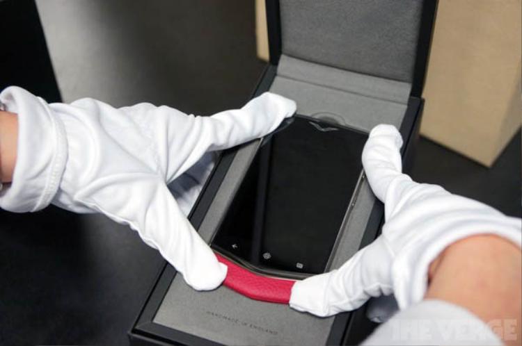 """""""Thứ cuối cùng chúng tôi thấy là thứ đầu tiên khách hàng thấy,"""" phương châm này của Vertu khiến ngay cả những bước đặt máy vào hộp cũng được quan tâm. Bạn cần dùng một chiếc găng tay trắng để làm điều này."""