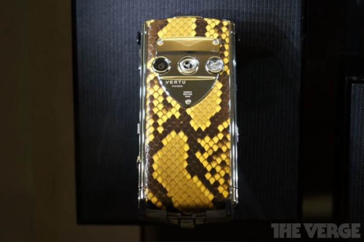 Một chiếc Vertu trưng bày với thiết kế da rắn.