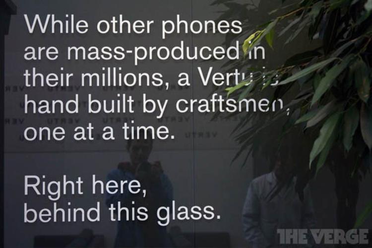 Logo Vertu xuất hiện dày đặc ở đây. Bên cạnh đó là những câu nói đầy cảm hứng để nhắc nhở các nhân viên về vị thế độc đáo của Vertu.