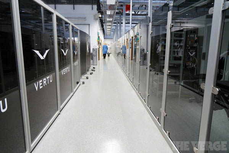 Tất cả những ai bước chân vào khu vực sản xuất đều phải mặc một chiếc áo kiểu dành cho phòng thí nghiệm và một dụng cụ đeo chân khử tĩnh điện. Vertu khẳng định khu vực sản xuất có tiêu chuẩn sạch sẽ tương đương một phòng phẫu thuật.