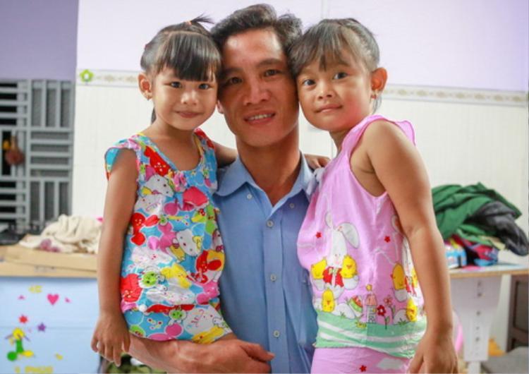 Anh Khiên bên con đẻ Lan Anh (trái) và đứa con mình nuôi dưỡng từ nhỏ Ngọc Yến.