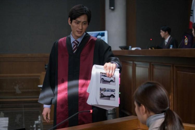 Trong phim Park Hae Joon vào vai luật sư Dong Sung Sik