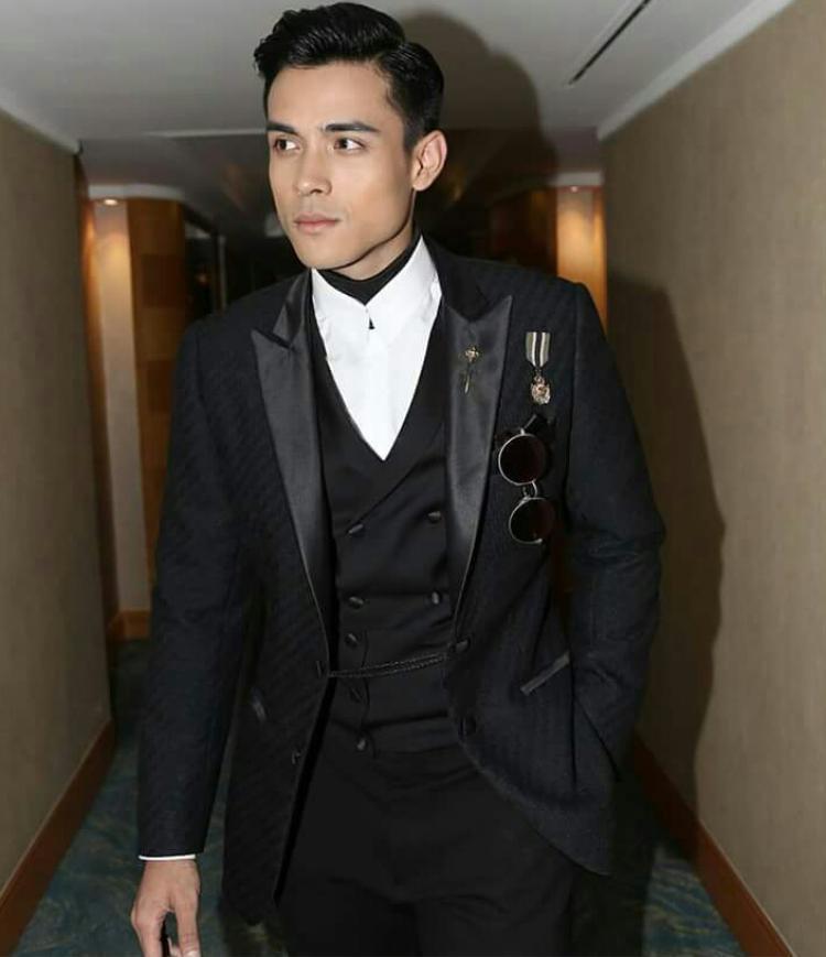 """Không đi theo hình tượng """"mỹ nam"""" mà các ngôi sao châu Á thường theo đuổi, diễn viên sinh năm 1989 lựa chọn cho mình hình tượng """"soái ca"""" nam tính nhưng vẫn rất lịch lãm. Trong ảnh, anh diện áo vest đen được cách điệu phần ve áo cùng điểm nhấn ghim cài ấn tượng."""