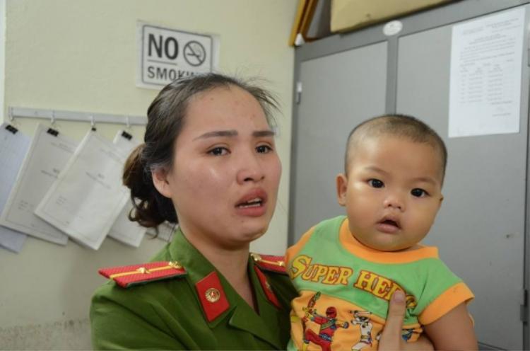 Thiếu úy Khuất Khánh Ly và cháu bé bị mẹ bỏ rơi trong nhà nghỉ.