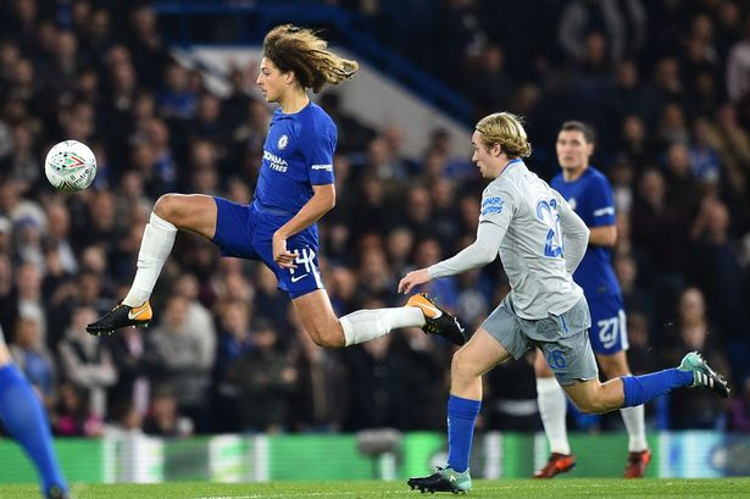 Chelsea (áo xanh) vượt qua Everton vào tứ kết Carabao Cup