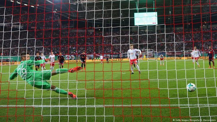 Emil Forsberg sút thắng phạt đền đưa chủ nhà dẫn 1-0.