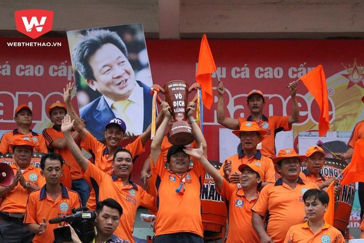 Hình ảnh đầy bi hài là CĐV Đà Nẵng mang hình bầu Hiển đến sân Cao Lãnh ở vòng cuối V.League 2016. Ảnh: Webthethao.vn