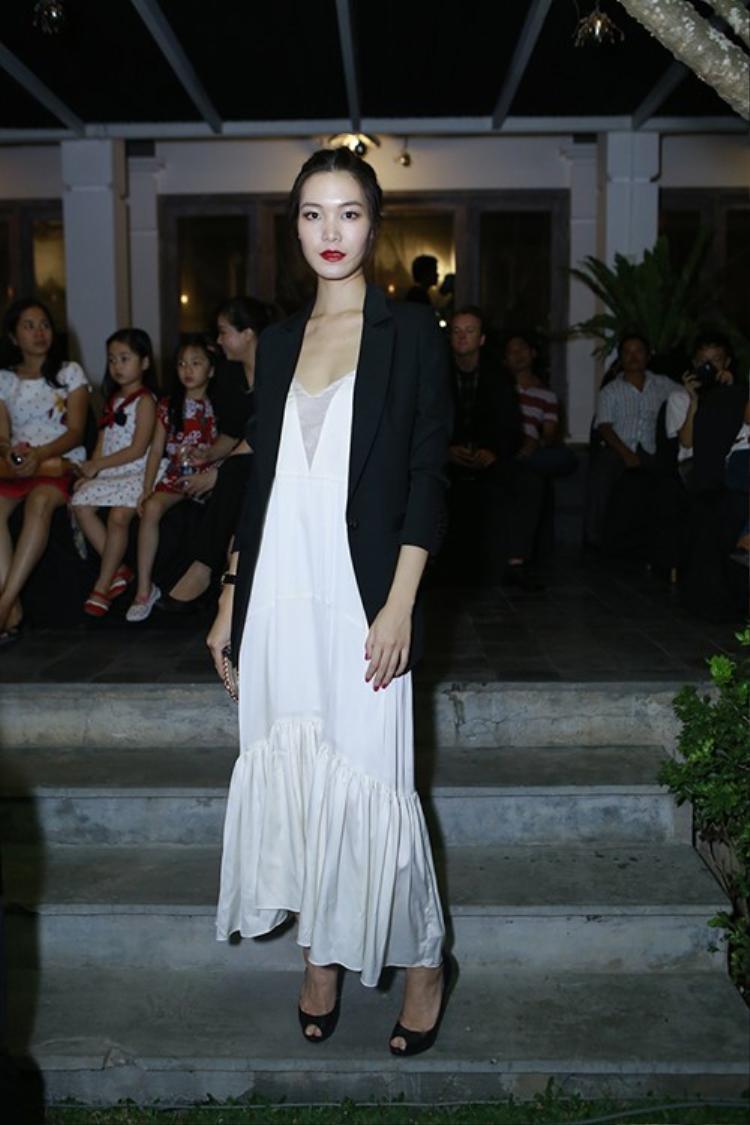 Kém sang trọng là những gì khán giả nhìn thấy Hoa hậu Việt Nam trong bộ trang phục này.