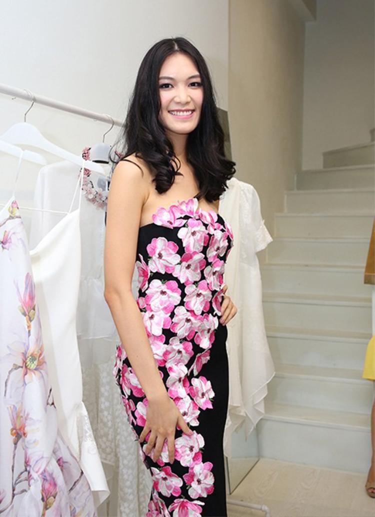 Bộ trang phục màu mè sến sẩm đã cộng thêm tuổi cho Thùy Dung, trông cô như một phụ nữ trung niên.